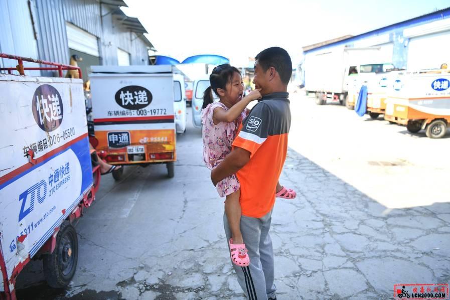 最特别的七夕爱心:小女孩为快递员父亲折爱心求好评