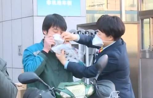 重庆:快递小哥上岗前要测体温 严禁收寄野生动物