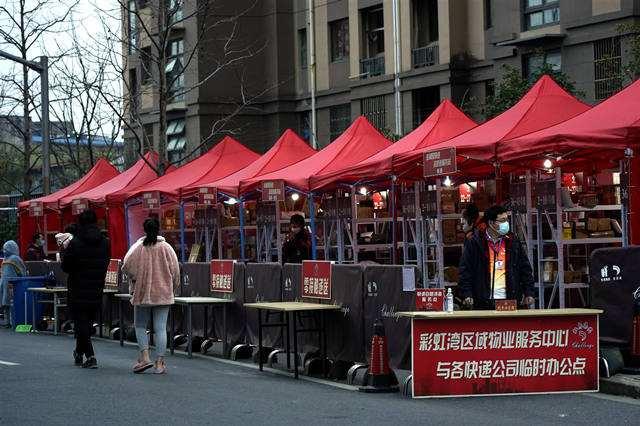 """上海首个""""快递集市""""方便居民领快递"""