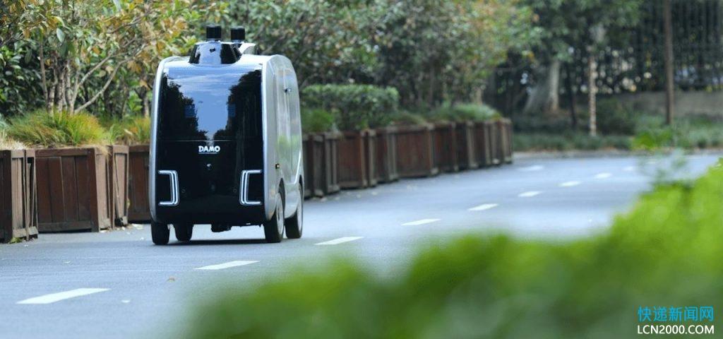阿里达摩院智能快递无人车在广西高校投放